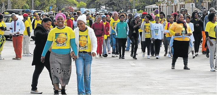 WAVE OF YELLOW: The bright yellow T-shirts of more than 100 ANC party members descended on the Port Alfred police station and the municipal offices on Tuesday lunch time in protest of what they consider some serious demands regarding corruption in the SAPS. Picture: ROB KNOWLES